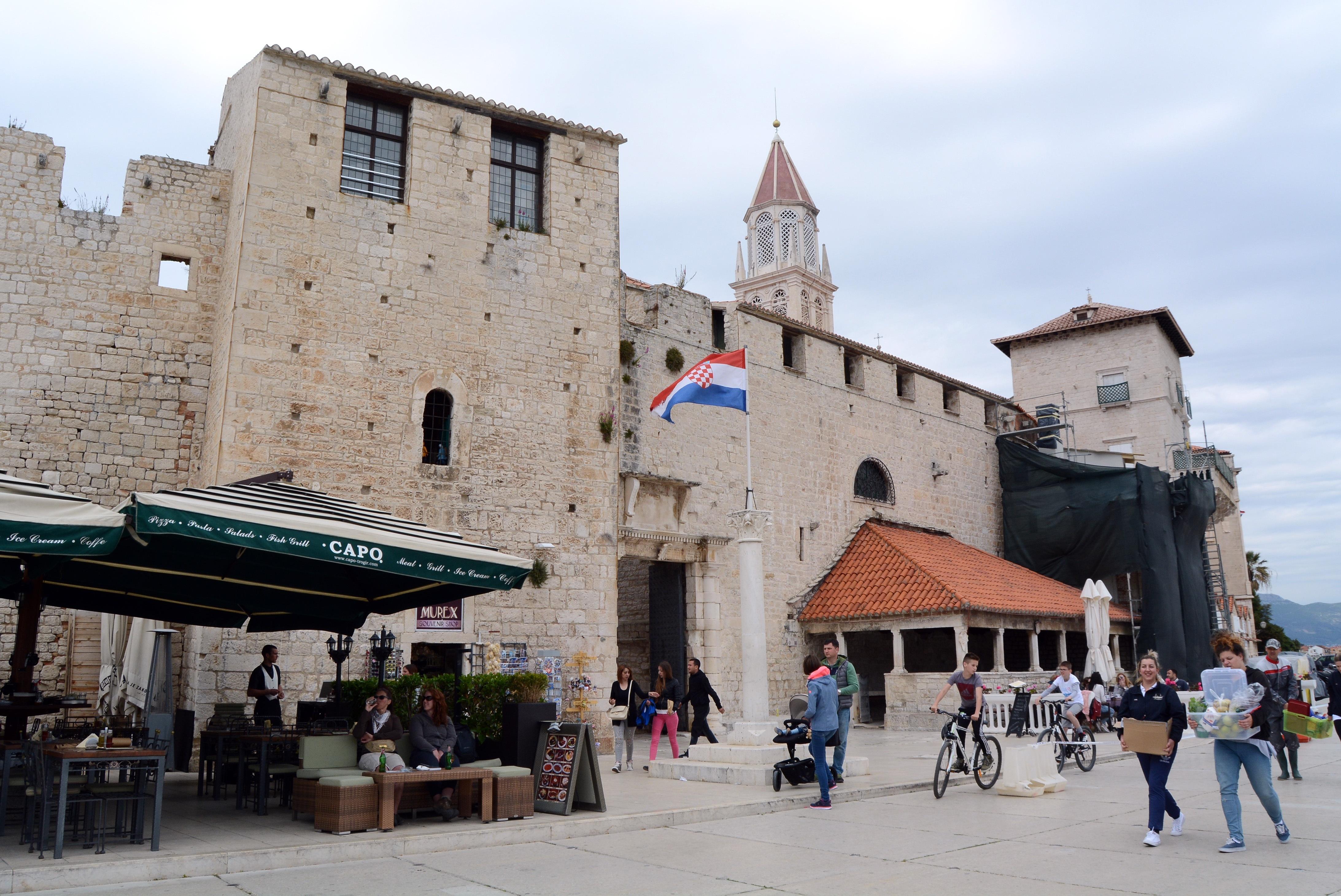 SPALATO - Altra visita consigliata, tempo a disposizione permettendo, è la visita alla città di Trogir, una città turistica ben nota situata a 25 km