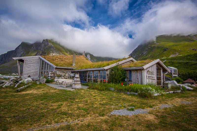 Le opere dei soffiatori di vetro di Vikten sono custodite in uno straordinario edificio in legno molto moderno con tetto d'erba eretto in riva al mare.