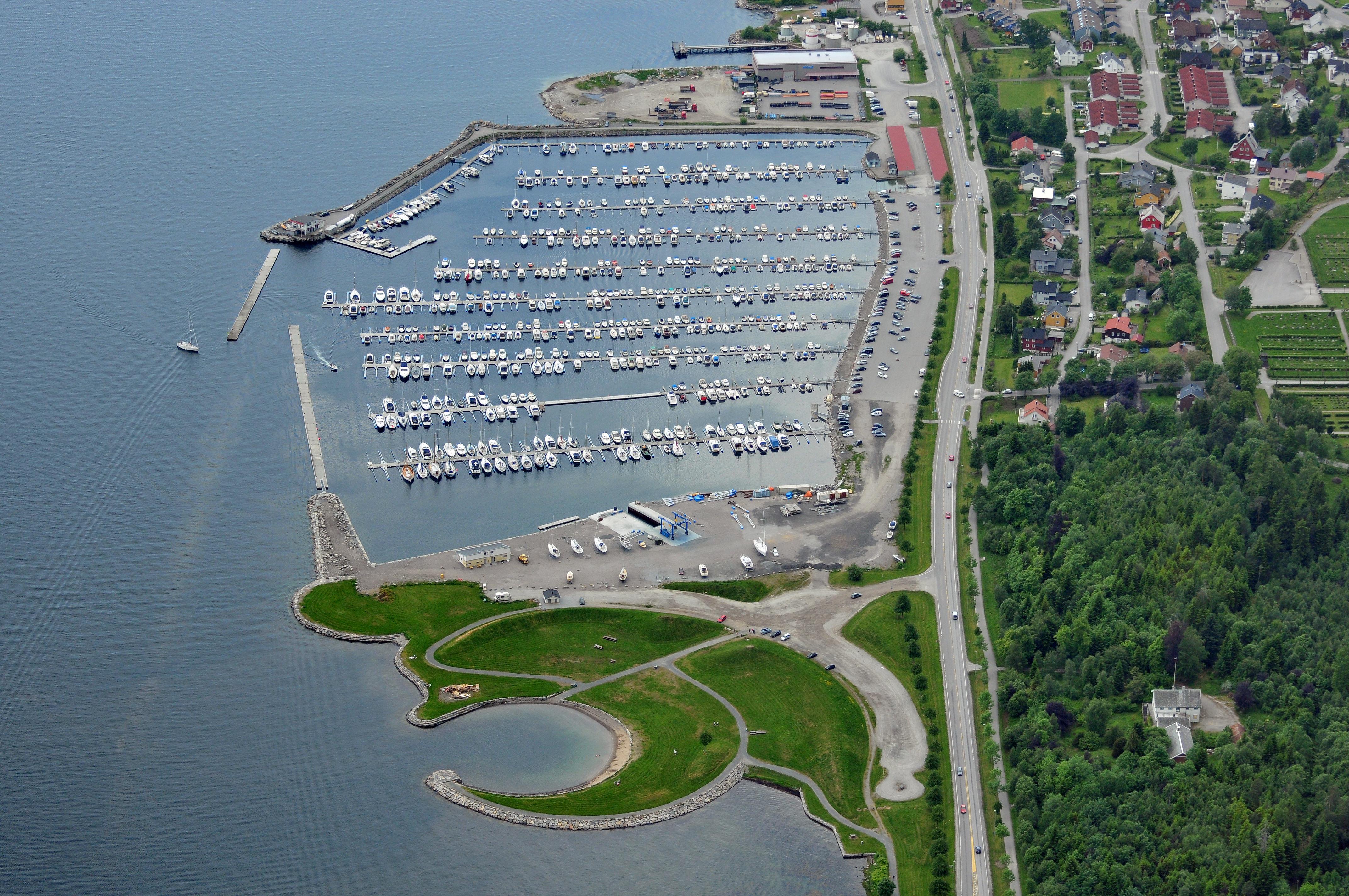 Molde Båthavn un piccolo porto in cui sono ormeggiate soprattutto imbarcazioni private.