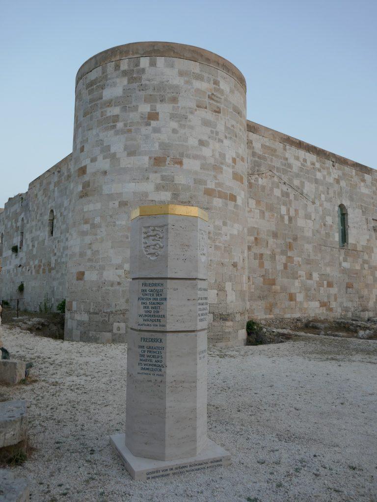 Stauferstele eretto in memoria di Federico II - Siracusa