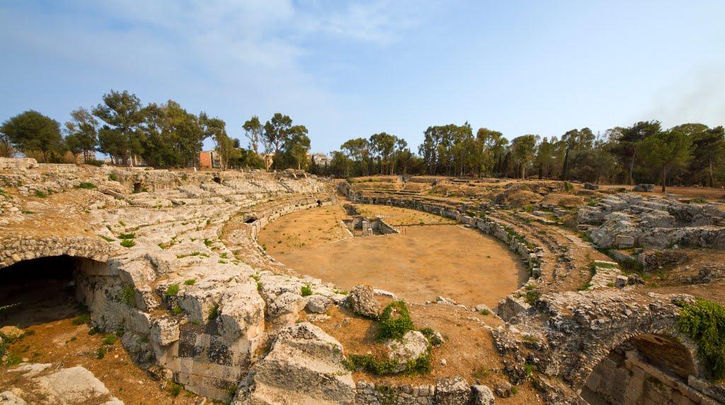 Anfiteatro romano di Siracusa è in parte scavato nella collina e in parte costruito con pietra locale estratta dalle latomie.
