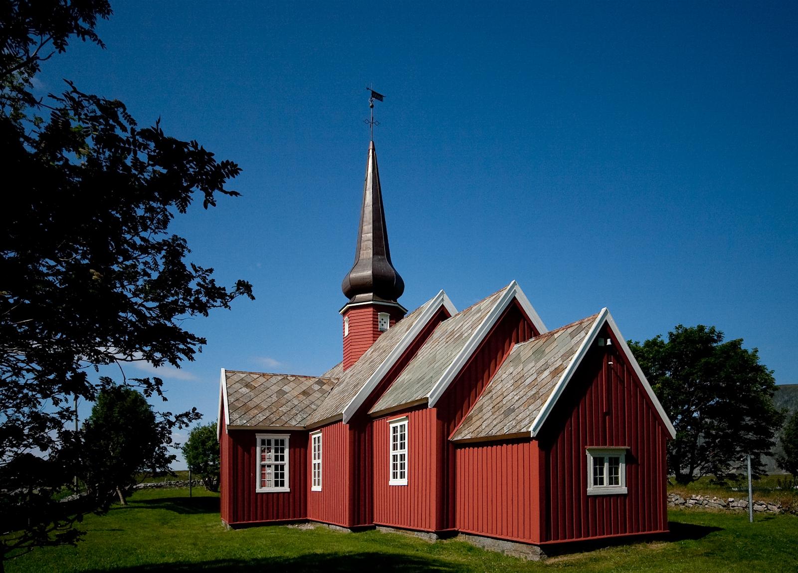 Flakstad Kirke dalla cupola a cipolla, costruita nel 1780.