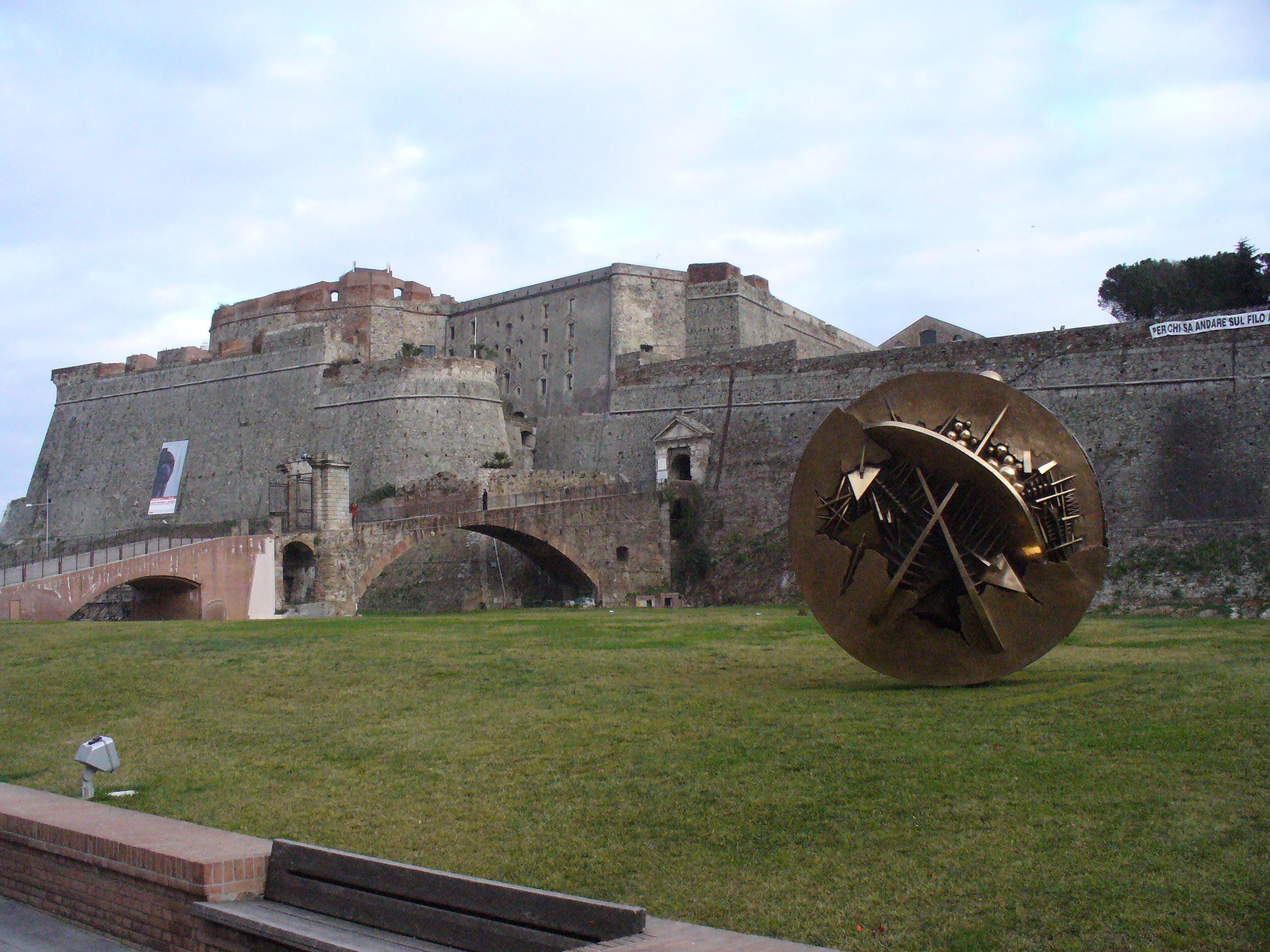 """SAVONA - La Fortezza del Priamar, Davanti alla fortificazione si può ammirare la scultura """"La Rosa nel Deserto""""."""