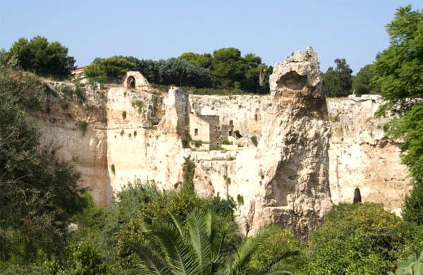 """LATOMIE, la più famosa è certamente quella detta del """"Paradiso"""", che ospita il famoso Orecchio di Dionisio, proprio sotto il Teatro Greco."""