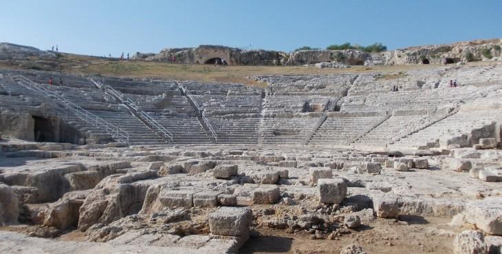 Il Teatro greco di Siracusa può accogliere fino a 20.000 persone.