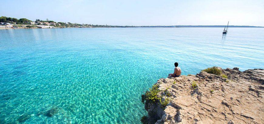 Arenella: È una spiaggia di morbida sabbia dorata a soli 9 chilometri da Siracusa.