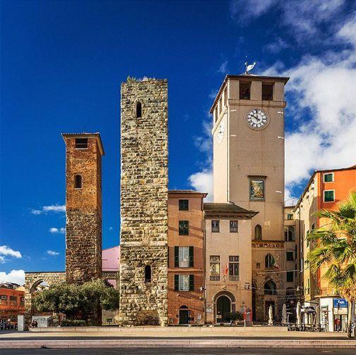 SAVONA - la Torre del Brandale che segna l'ingresso al centro storico.