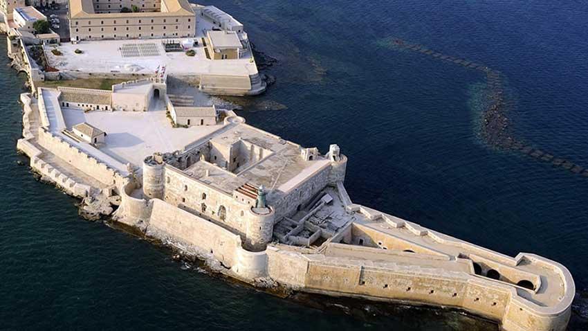 Il Castello Maniace sorge all'estremità dell'isola di Ortigia, all'ingresso del Porto Grande.