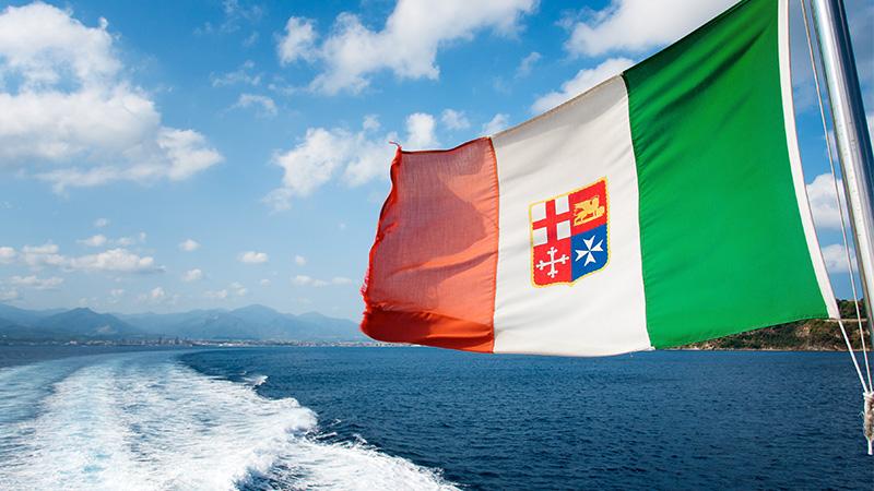 nave da crociera con bandiera di nazionalità