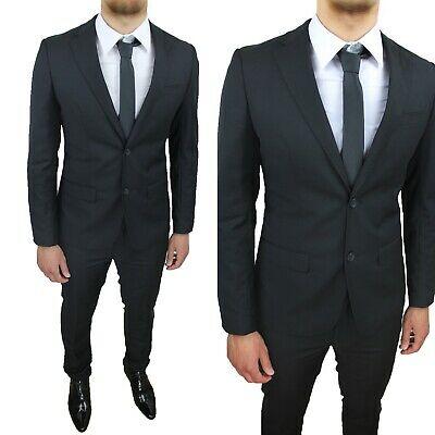 abito scuro maschile per una serata di gala