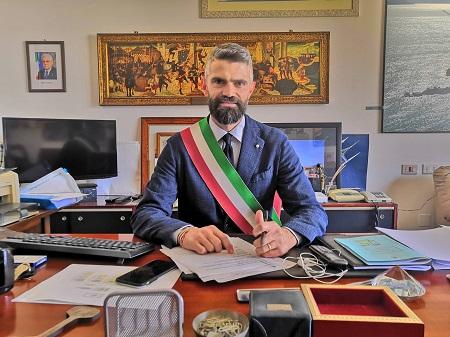 sindaco di piombino francesco di ferrari costa diadema attracca al porto di piombino